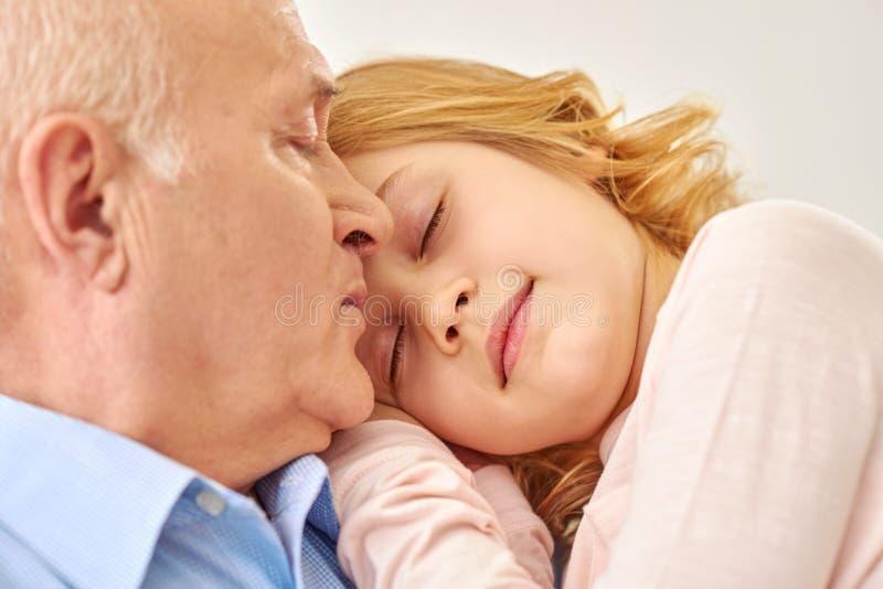 Grootvader het besteden tijd met kleindochter stock foto
