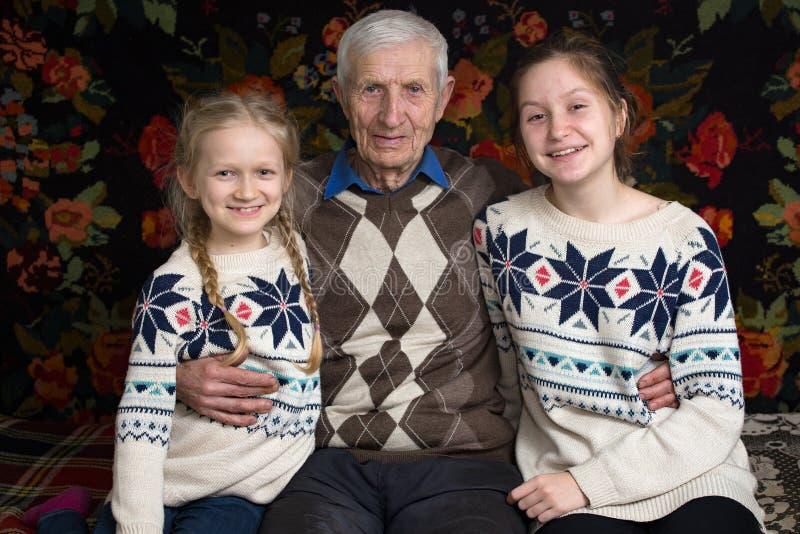Grootvader met kleindochters royalty-vrije stock afbeelding