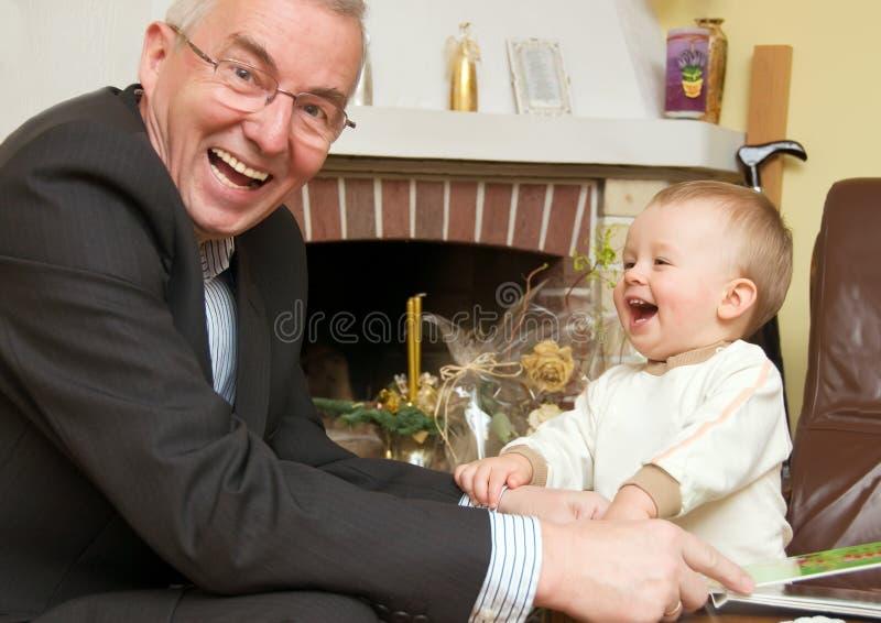 Grootvader met kleinzoon stock afbeeldingen