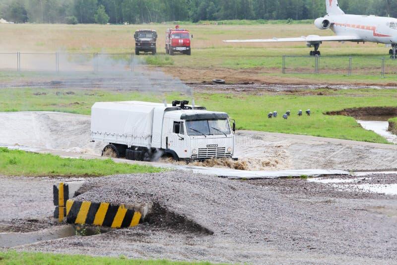 Grop för hinder för vatten för vit lastbil för militär KAMAZ betagen royaltyfri bild