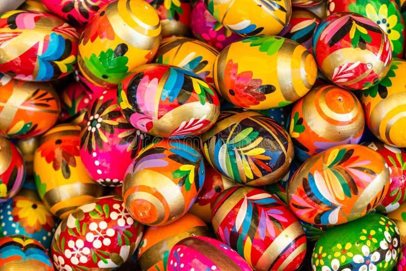 Gropu von traditionellen gemalten Ostereiern stockfoto