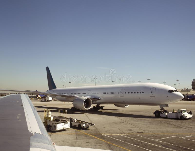 Gros avion étant tiré photographie stock