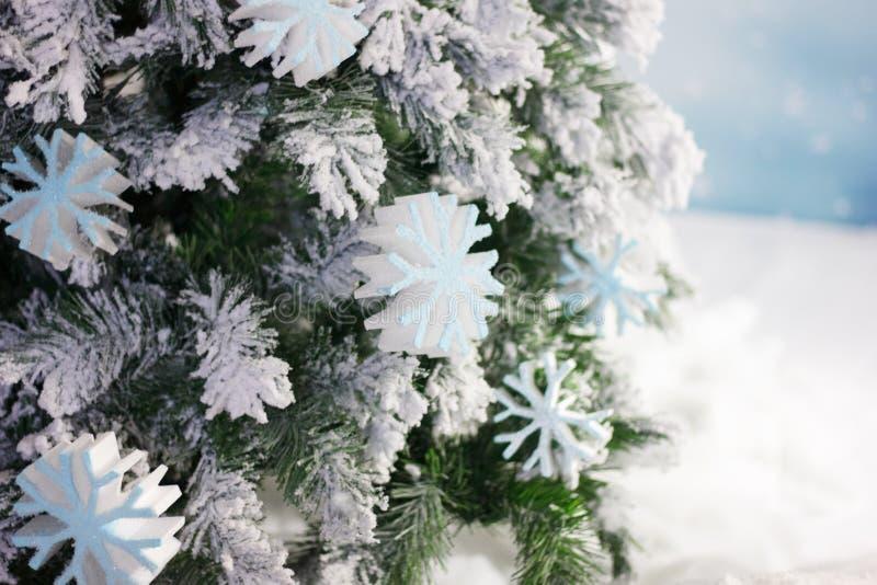 Gros flocons de neige blancs sur l'arbre de Noël comme toile de fond de la fête photos libres de droits