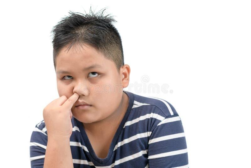 Gros garçon obèse sélectionner son nez et ennuyé d'isolement photos stock