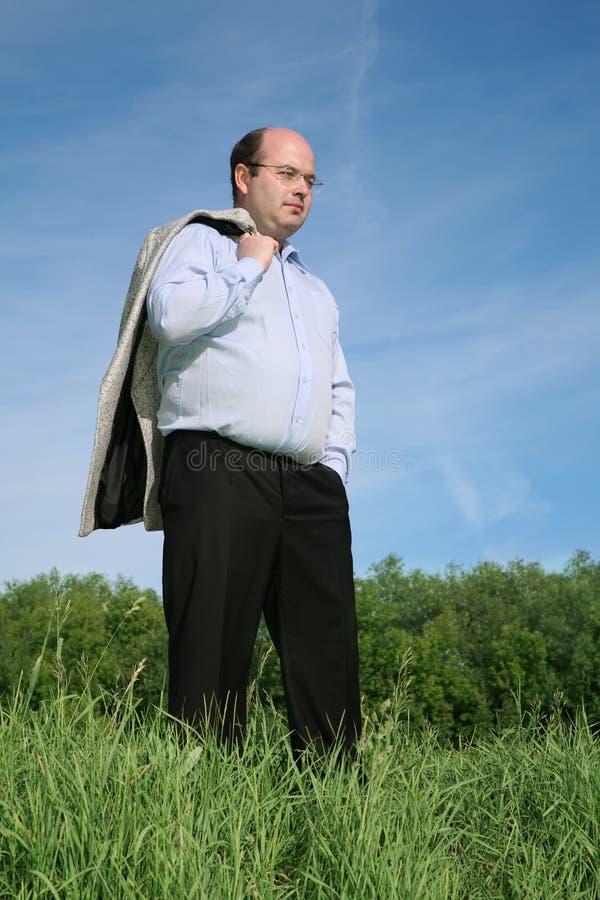 Gros homme sur un pré photo stock