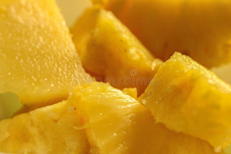 Gros morceaux d'ananas dans le plan rapproché photographie stock