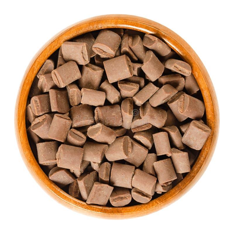 Gros morceaux de chocolat dans la cuvette en bois au-dessus du blanc photographie stock libre de droits