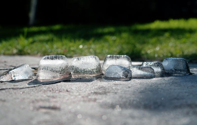 Gros morceaux de fonte de glace et scintiller au soleil image stock
