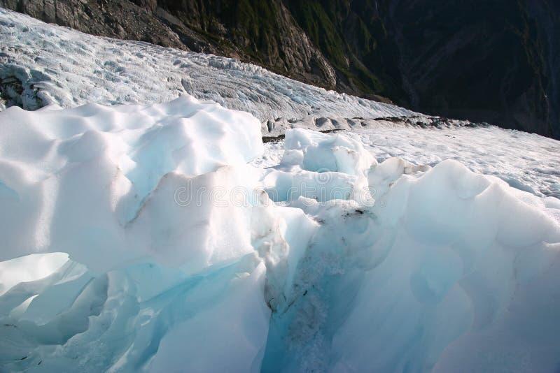 Gros morceaux rocailleux de glace de glacier sur la montagne images stock