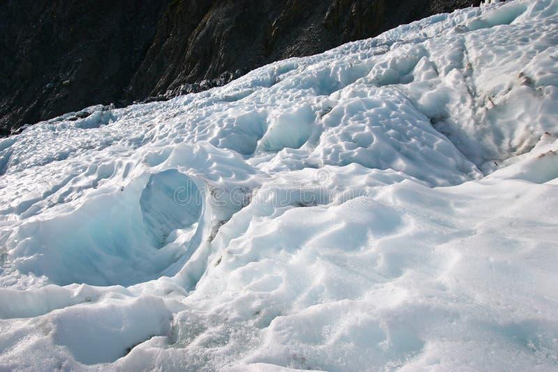 Gros morceaux rocailleux de glace de glacier sur la montagne image libre de droits