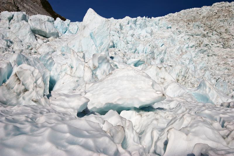 Gros morceaux rocailleux de glace de glacier sur la montagne photographie stock libre de droits