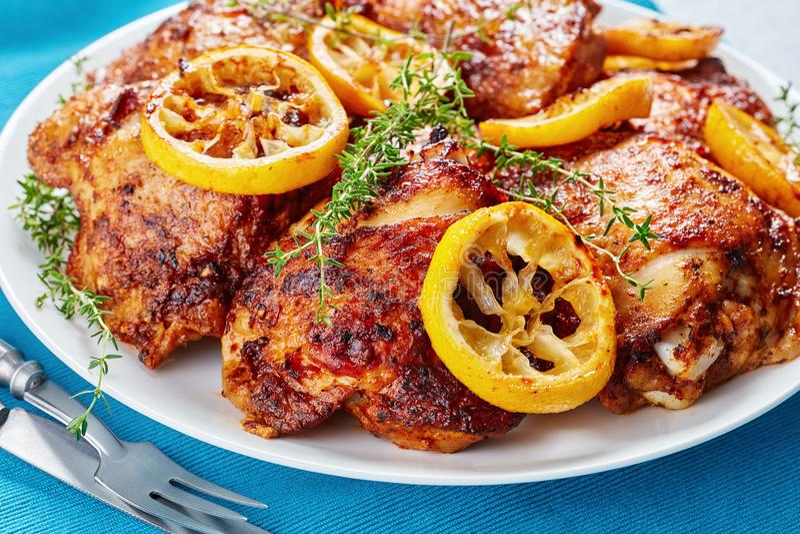Gros plan de cuisses de poulet juteuses et croustillantes images libres de droits