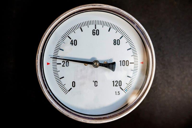 Gros plan du thermomètre industriel blanc photo libre de droits