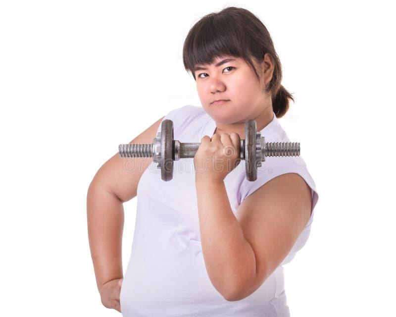 Gros T-shirt d'usage de femme et haltère blancs asiatiques de juger d'isolement photo libre de droits