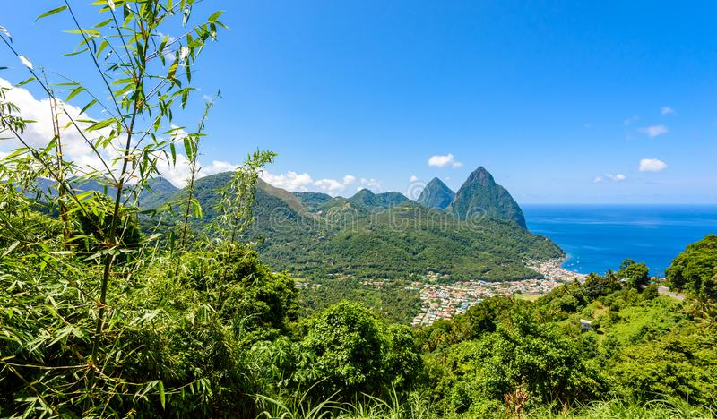 Gros und kleine Kletterhaken nahe Dorf Soufriere auf Karibikinsel St Lucia - tropisch und Paradieslandschaftslandschaft auf St. L stockfotografie