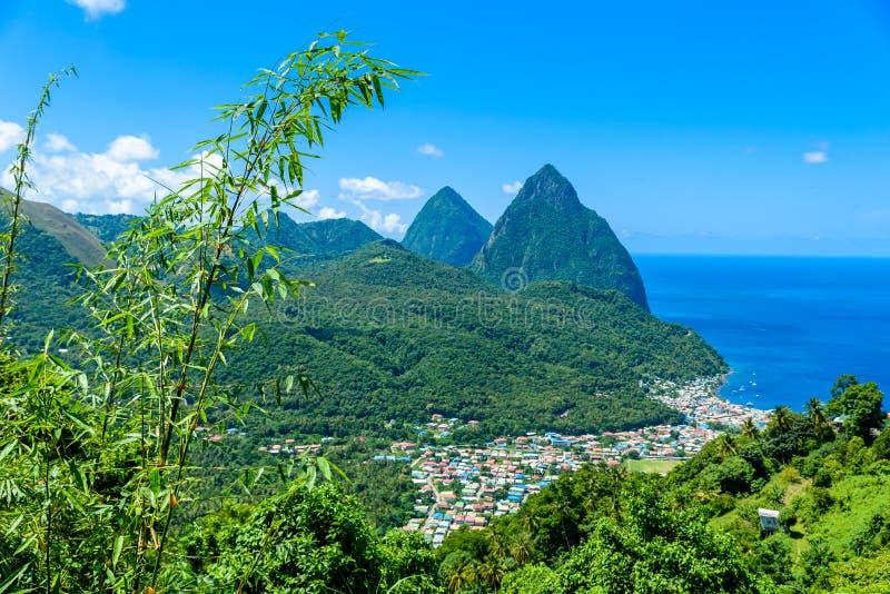 Gros y pitones pequenos cerca del pueblo Soufriere en la isla caribe?a St Lucia - tropical y paisaje del paisaje del para?so en S fotografía de archivo libre de regalías