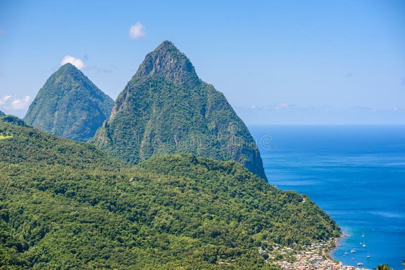 Gros y pitones pequenos cerca del pueblo Soufriere en la isla caribe?a St Lucia - tropical y paisaje del paisaje del para?so en S foto de archivo libre de regalías