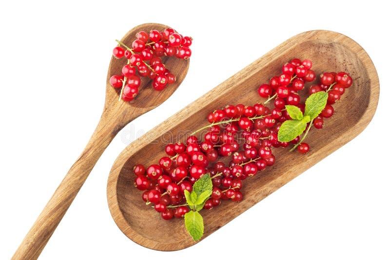 Groseilles rouges mûres de plat en bois avec la cuillère sur un backgroun blanc photo libre de droits