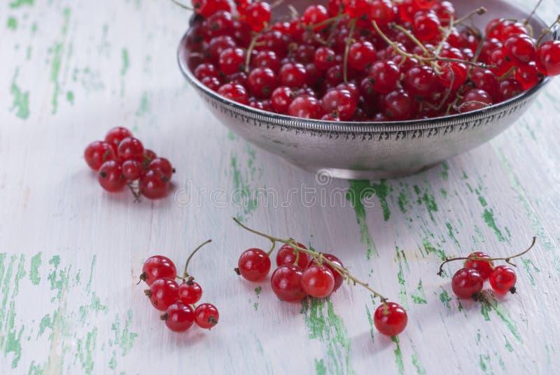 Download Groseilles Rouges Mûres Dans Une Vieille Plaque De Métal Sur Le Fond En Bois Image stock - Image du objet, normal: 77157943