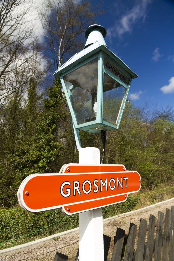 Grosmont, старая железнодорожная лампа платформы с знаком стоковое изображение