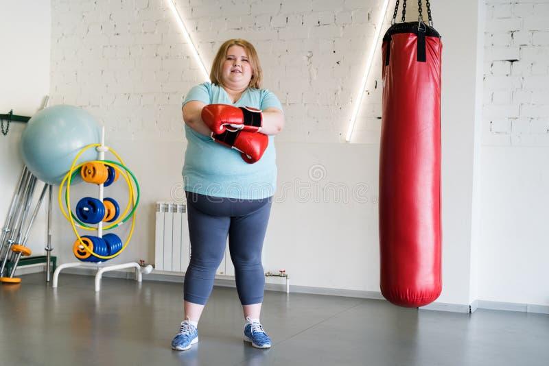 Grosse boxe de femme dans le gymnase photographie stock
