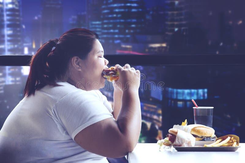 Grosse femme dînant dans le restaurant images libres de droits