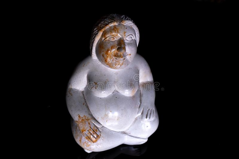 Grosse femme sitted avec la sculpture image stock