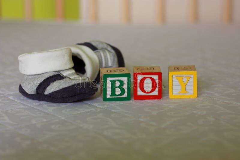 Grossesse - blocs de bébé et chaussures de bébé images libres de droits