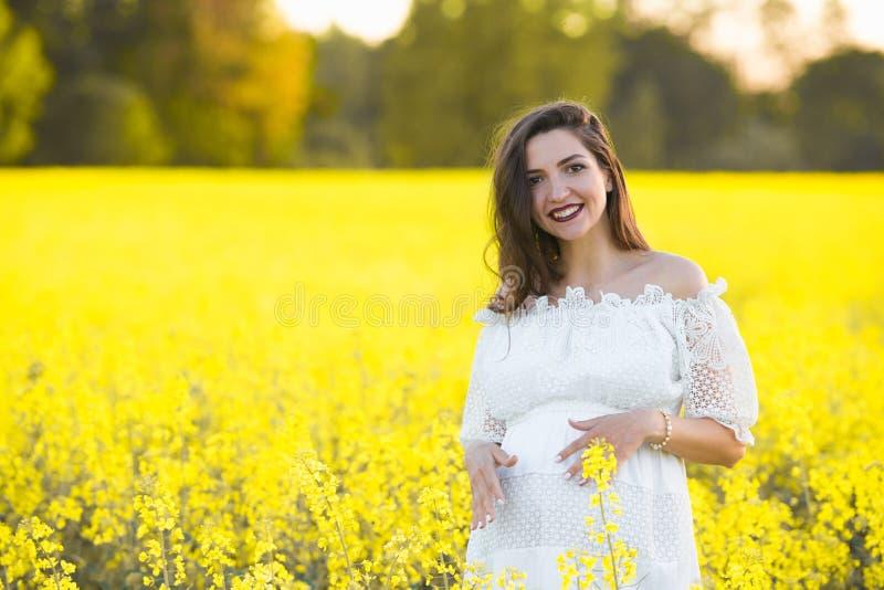 Grossesse d'été, pendant la saison chaude Beau portrait d'une femme enceinte un jour chaud d'été dans la nature Grossesse et photo stock