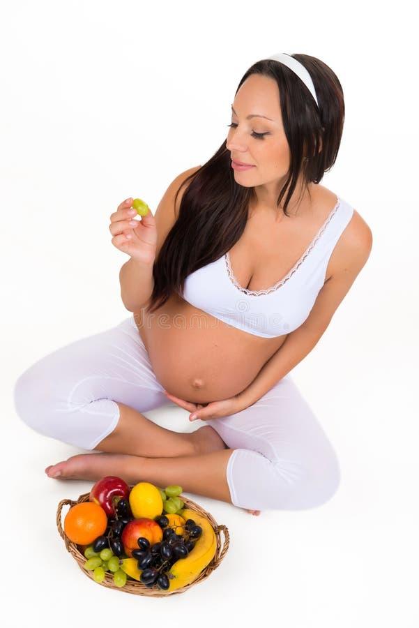 Grossesse, santé et beauté Nutrition appropriée Vitamines et fruit pour les femmes enceintes photo libre de droits