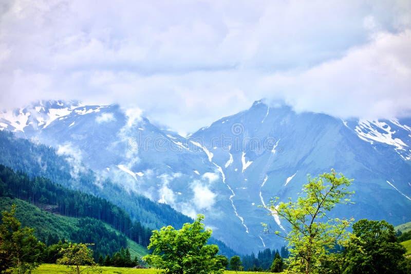 Grossglockner wysokogórska góra z śnieżni szczyty pod mgłowym niebem przy Austria zdjęcia stock