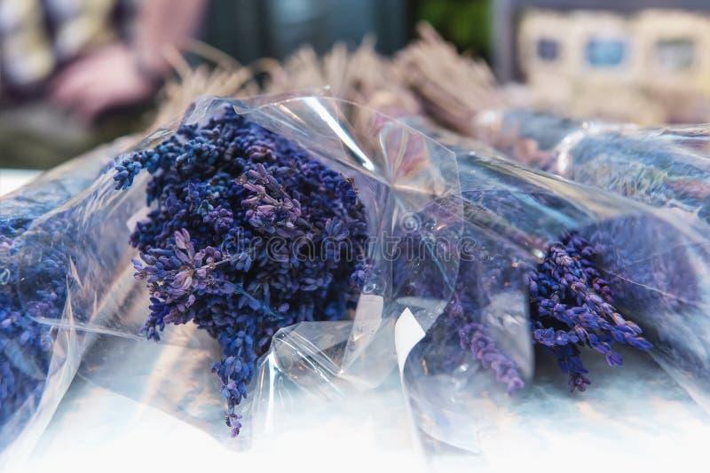 Grossist och detaljhandel i blommor i materiel Begreppet av den blommaaffären och shoppingen royaltyfria foton
