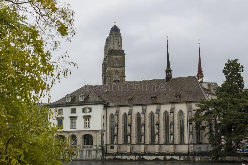 Grossmunster和苏黎世老镇看法从利马特河河的 免版税图库摄影