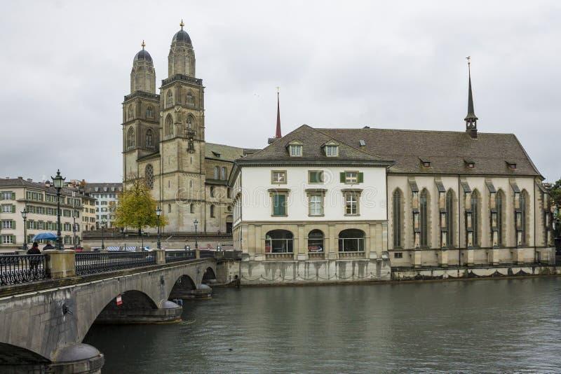 Grossmunster和苏黎世老镇看法从利马特河河的 免版税库存照片