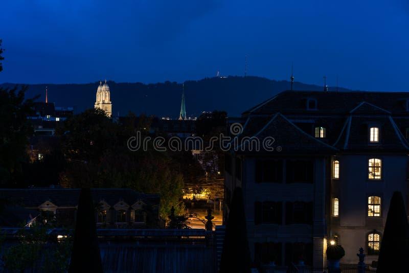 Grossmunster在苏黎世,很远大教堂在夜之前 免版税库存图片