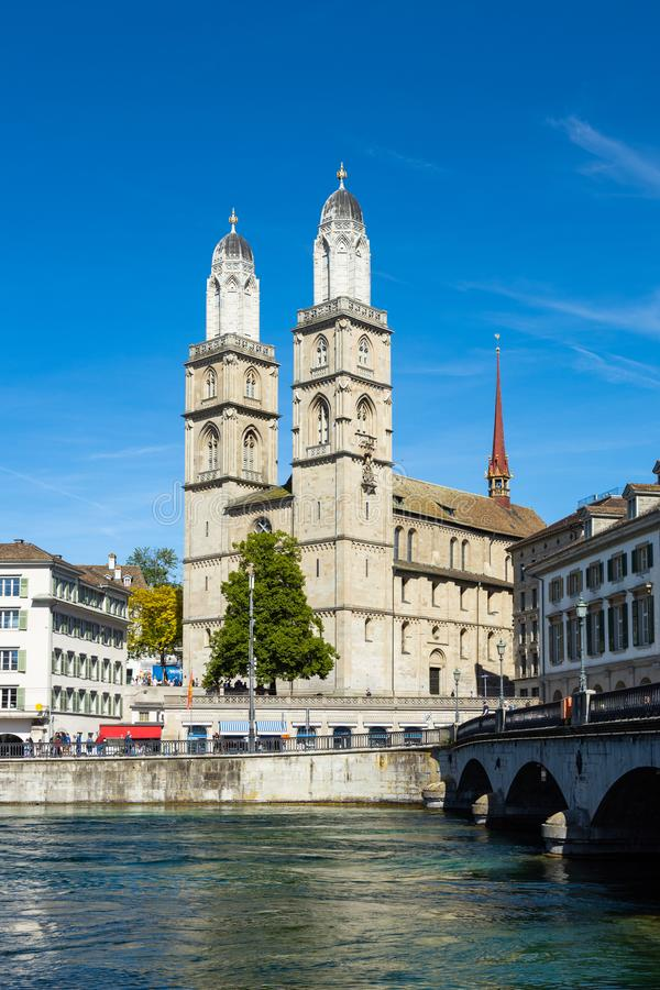 Grossmunster domkyrka i Zurich Schweiz arkivfoto
