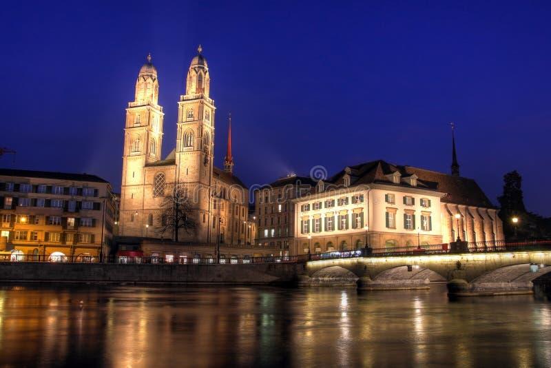 Grossmunster no crepúsculo, Zurique, Switzerland fotos de stock royalty free