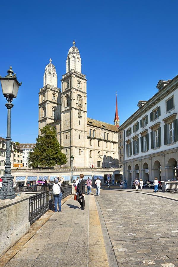 Grossmunster och stadshus i Zurich, Schweiz royaltyfri fotografi