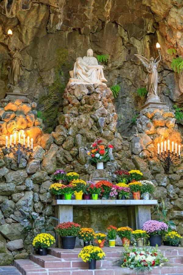 Grota, jest świątynią lokalizować w Madison Południowym okręgu Portland Katolickim plenerowym sanktuarium i, Oregon, Stany Zjedno zdjęcie royalty free