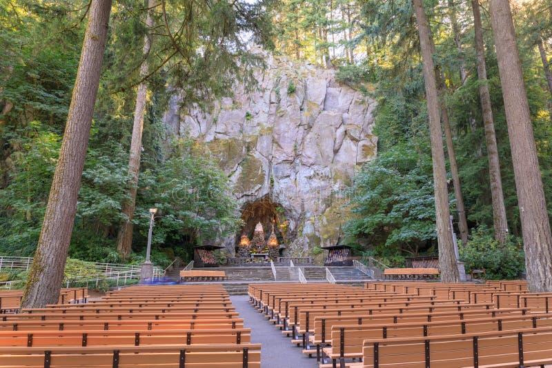 Grota, jest świątynią lokalizować w Madison Południowym okręgu Portland Katolickim plenerowym sanktuarium i, Oregon, Stany Zjedno fotografia stock