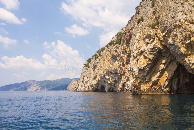 Grota w skałach, opuszcza morze Zachodnie wybrzeże Czarny morze obrazy stock