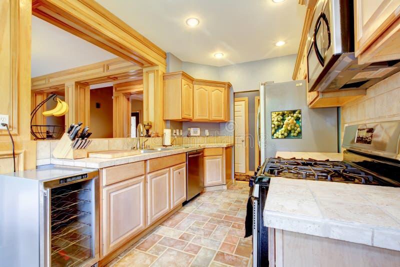 Grote aardige houten keuken met grijs en esdoorn. royalty-vrije stock afbeeldingen