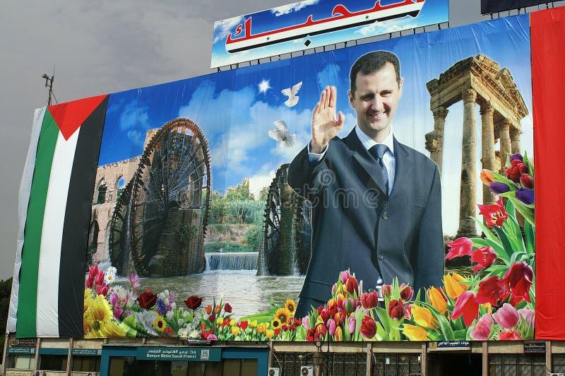 Grote affiche van voorzitter Assad op een gebouw in de straten van Hama - Syrië stock fotografie