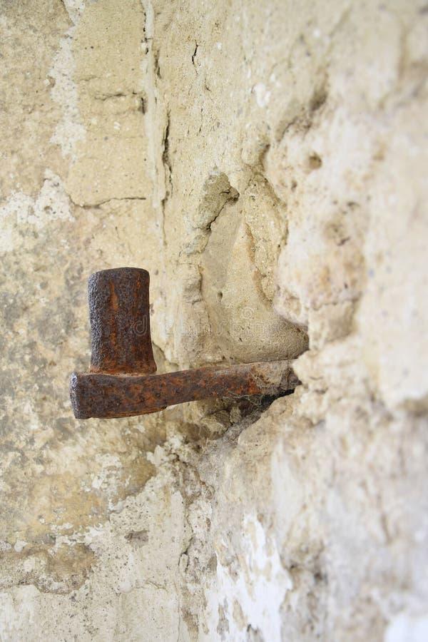 Grote antieke lijn ingebed in steenmuur Het oude metaal behandelde met roest de ruïnes van een oude synagoge De textuur van oud royalty-vrije stock foto