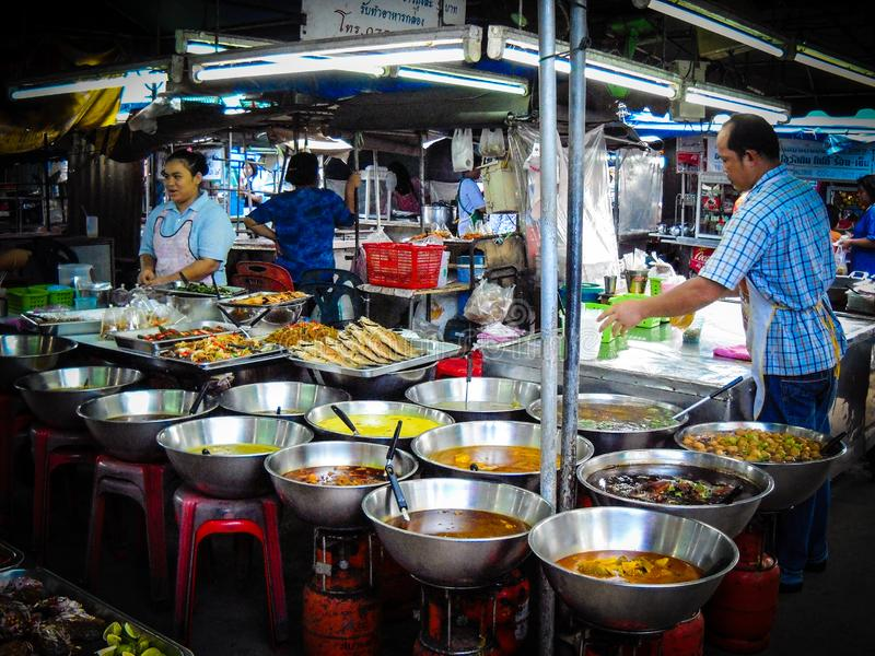 Grote atmosfeer op een markt van het nachtvoedsel Dicht bij krabi royalty-vrije stock afbeelding