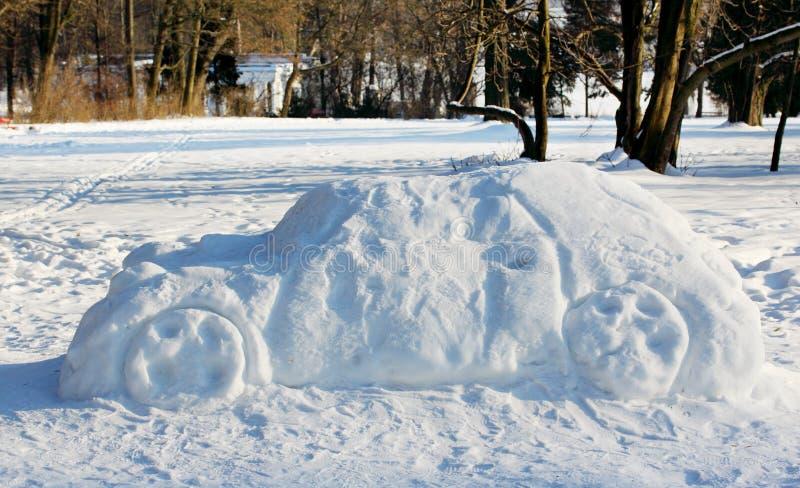Grote auto uit de sneeuw stock fotografie