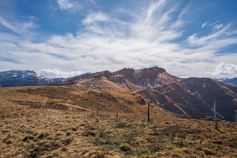 Grote bergen met bewolkte bluhemel royalty-vrije stock afbeeldingen