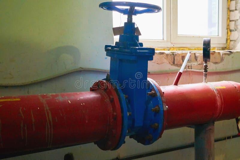 Grote blauwe die klep op de pijpleiding in rood wordt geschilderd stock afbeelding