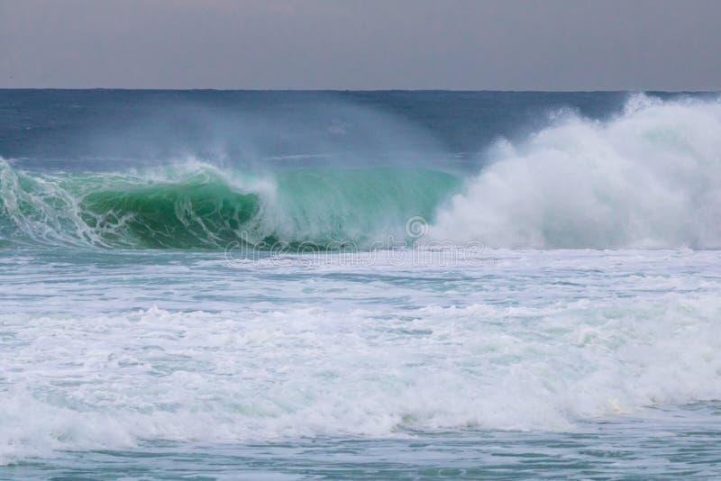 Grote blauwe en groene golf van stormachtige overzees met bewolkte hemel in Barra da Tijuca Rio de Janeiro Brazil Concept klimaat royalty-vrije stock fotografie