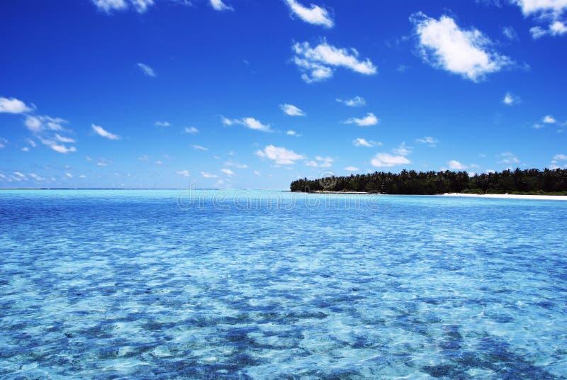 Grote blauwe oceaan en blauwe blauwe hemel stock foto